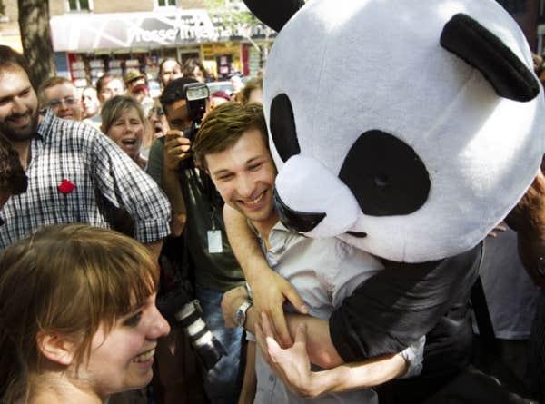 Depuis quelques semaines, une mascotte de panda est aux premières lignes des manifestations. Anachronique, ce câlinours bicolore suscite une improbable vague de sympathie.