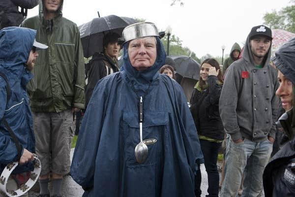 La fine pluie qui s'abattait sur Montréal n'aura pas eu raison des manifestants qui ont répondu en masse à l'invitation de la Coalition large de l'Association pour une solidarité syndicale étudiante (CLASSE).