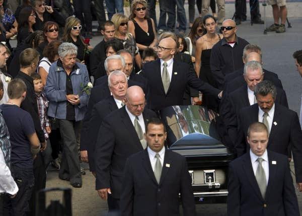 Des centaines de personnes se sont massées dans la rue pour rendre hommage à Denis Blanchette.