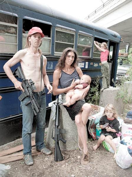 Cette famille white-trash du Mississippi vit entassée dans un autobus, avec des armes à feu valant 2500 $.