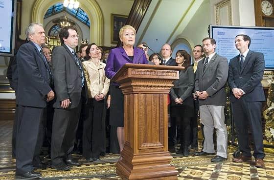 La première ministre, entourée de son caucus, commente la clôture de la session parlementaire.