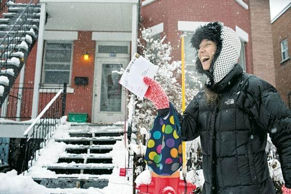 Patsy Van Roost offre en cadeau aux voisins de la rue Waverly La petite fille aux allumettes, un conte mobile, déployé page par page, un jour à la fois, de porte en porte. D'ici au 25 décembre, l'artiste dépose ses morceaux de conte dans des boîtes aux lettres choisies au hasard.