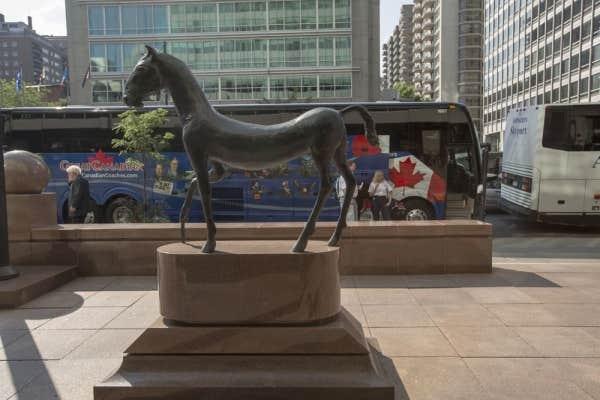 Le «Kouros Horse» de Barry Flanagan, sur la rue Sherbrooke Ouest, appartient à un collectionneur privé.