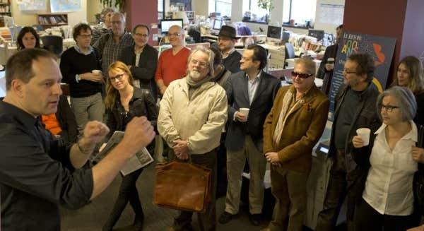 Les écrivains sont rassemblés dans la salle de rédaction du Devoir à l'occasion de la quatrième mouture du Devoir des écrivains.