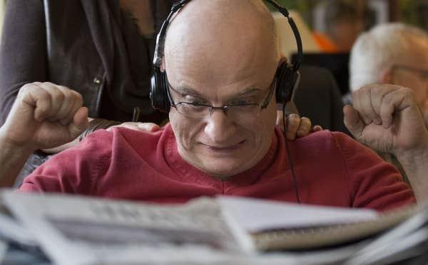 Alain Vadeboncoeur semble très heureux de participer au Devoir des écrivains.