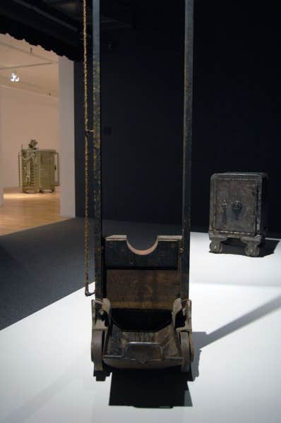 Maskull Lasserre:Trust,2013,coffre-fort, acier, 500 billets de 20$,40.6 x 66 x 43.2 cm