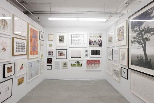 J'en veux plus, toujours plus! And I Still Want More! regroupe 45 œuvres de 42 artistes dans un espace de 300 pieds carrés.