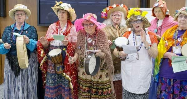 Raging Grannies >> Grands-mères et en colère | Le Devoir