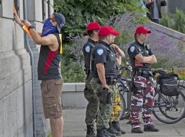 Des policiers ont toléré certaines actions de manifestants.