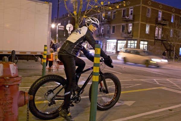 Le vélo aux roues monstrueuses de François Sylvestre est d'attaque pour les rues enneigées de Montréal.
