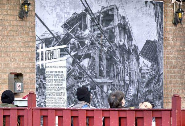 Une photo de Daniel Berehulak à Bhaktapur au Népal, après le tremblement de terre du 25avril dernier qui a tué plus de 8000 personnes. L'image a été collée par Dysturb sur un mur du Club social, un café du Mile-End à Montréal, avec l'autorisation des propriétaires.