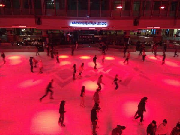 De la musique rock accompagnait les patineurs à la Patinoire Atrium Le 1000.