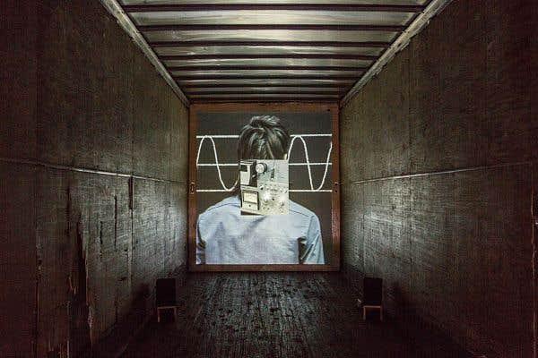 «Le ruban» campe la projection au fond d'une remorque de camion.