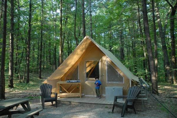 La tente Huttopia, dont la SEPAQ compte 180 unités réparties dans 14 parcs du Québec.