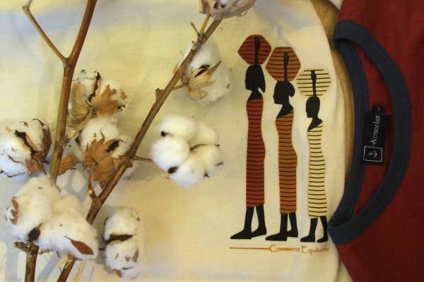Max Havelaar, c'était d'abord une marque de certification du café équitable. Aujourd'hui, l'association certifie aussi des produits divers, dont le coton équitable qui sert à fabriquer des tee-shirts.