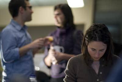 Nadine Bismuth tente de se concentrer sur son travail dans l'ambiance survoltée de la salle de rédaction.