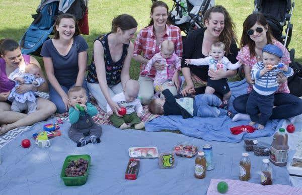 Mamans en congé de maternité et leurs bébés, parc Laurier, Montréal, mai 2015