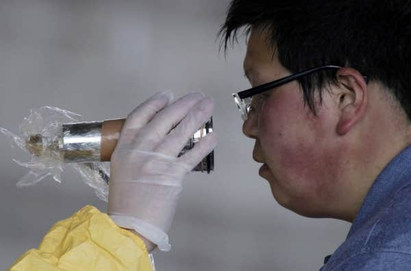 Au nord du Japon, à Nihonmatsu, le passage au détecteur de particule radioactive était de mise, après que la centrale nucléaire Fukushima eut été ébranlée par le séisme de vendredi.