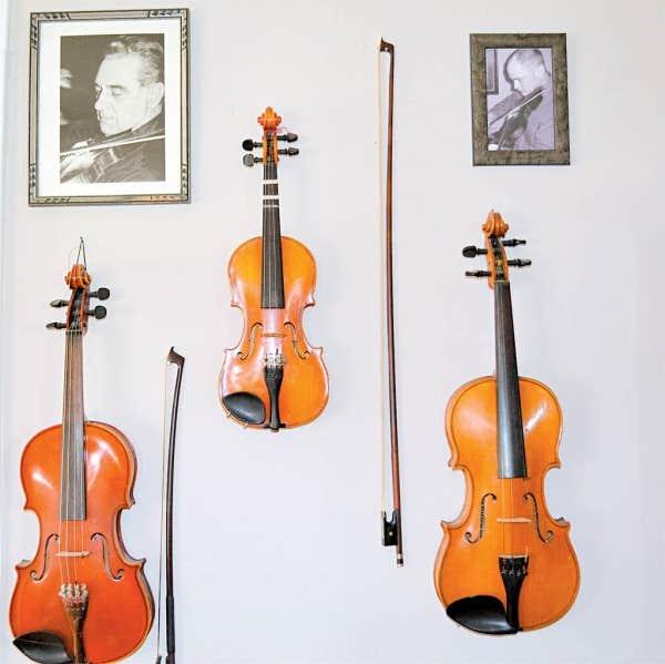 Une photo et les violons du musicien Louis Beaudoin. Aujourd'hui décédé, Beaudoin est connu dans tout le Vermont pour avoir endiablé les airs québécois préservés dans sa famille à travers des générations de Franco-Américains.