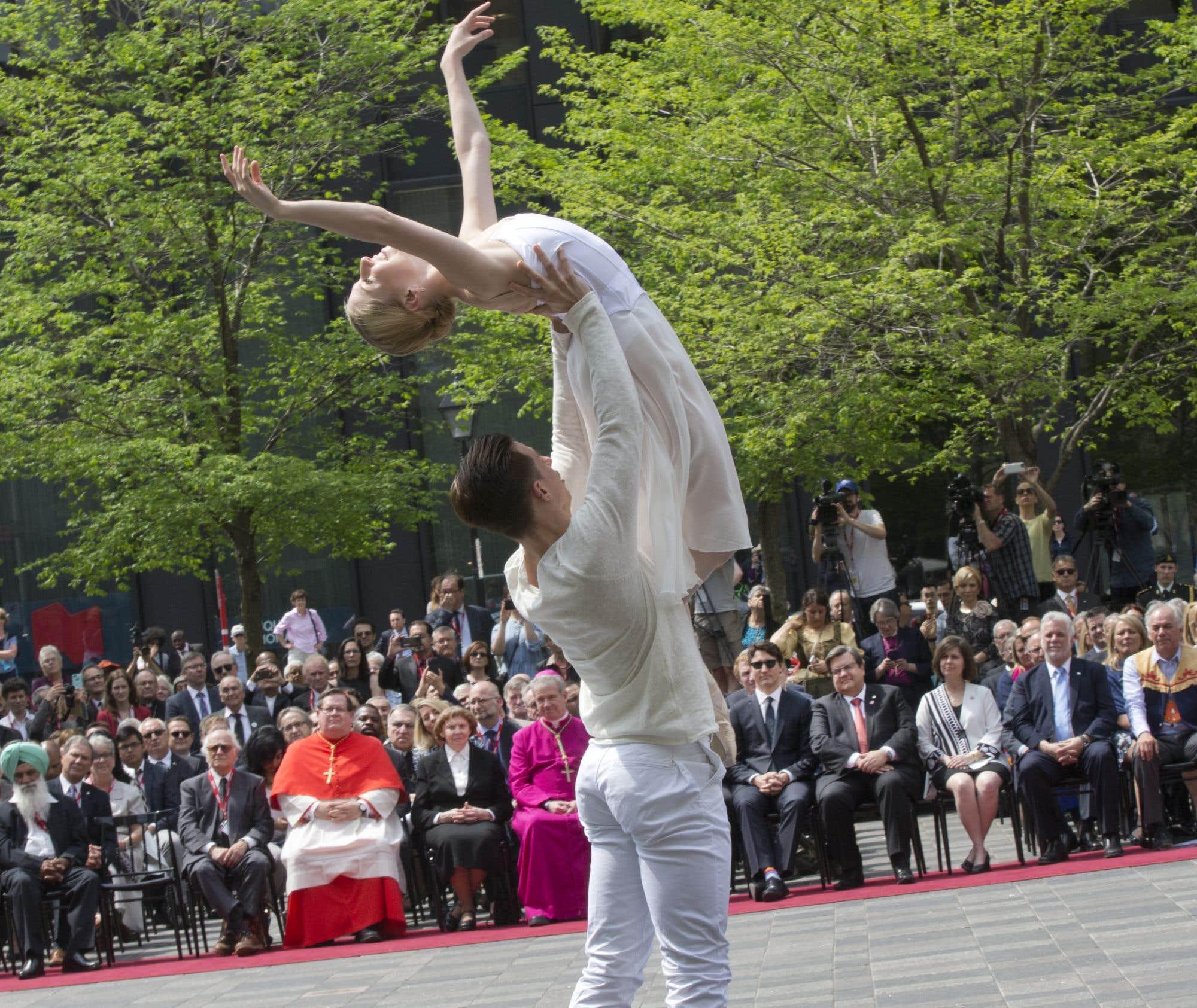 Les dignitaires ont pu assister à plusieurs spectacles qui rendent hommage aux fondateurs de Montréal, Jeanne Mance et Paul Chomedey de Maisonneuve.