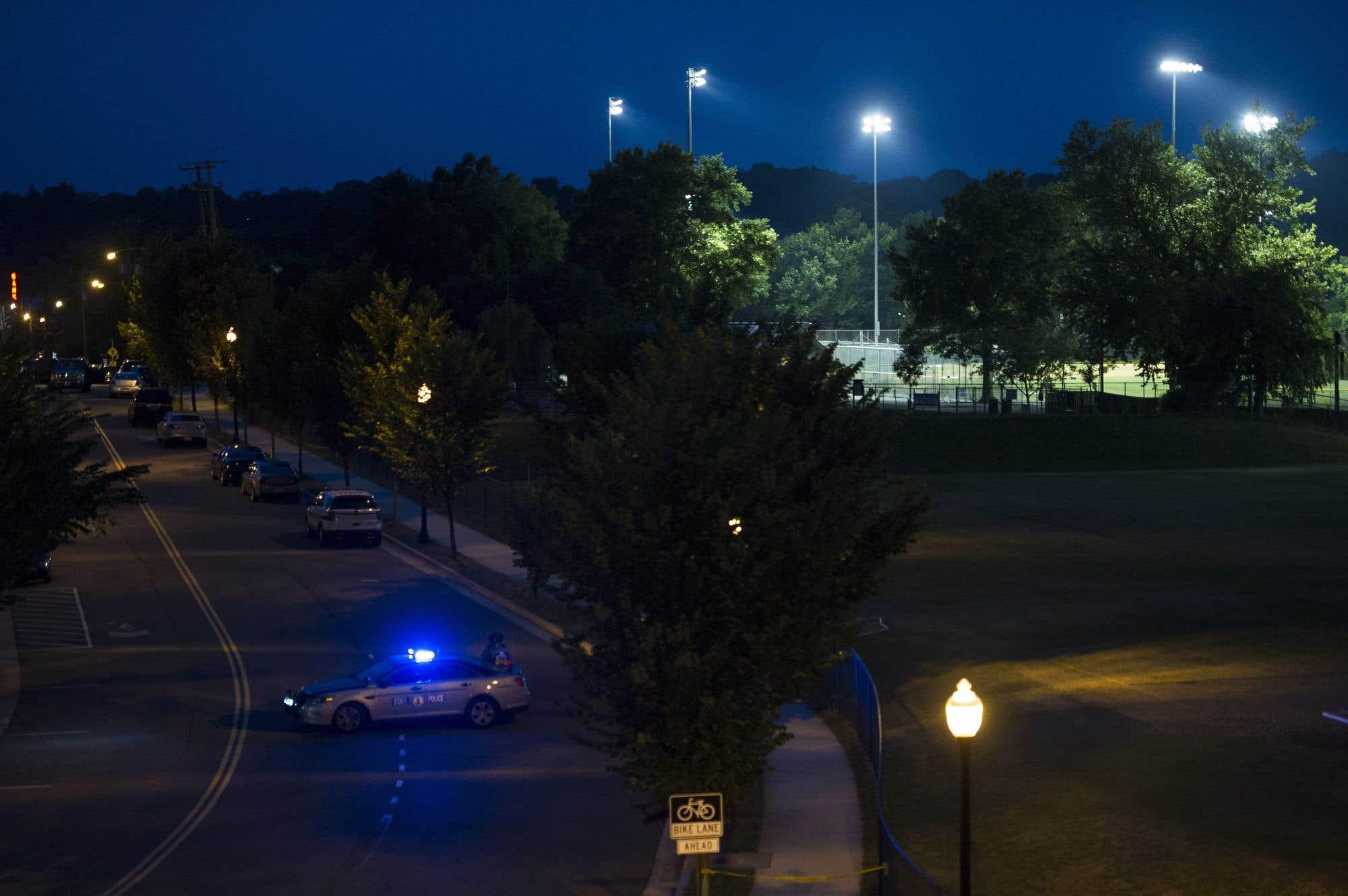 Le terrain de baseball du parc Eugene Simpson à Alexandria est illuminé à la demande des enquêteurs du FBI, qui y cherchent des éléments de preuve. Un assaillant a fait feu mercredi sur des députés républicains participant à une séance d'entraînement de baseball. Le whip républicain Steve Scalise, de la Louisiane, a été blessé lors de l'incident.
