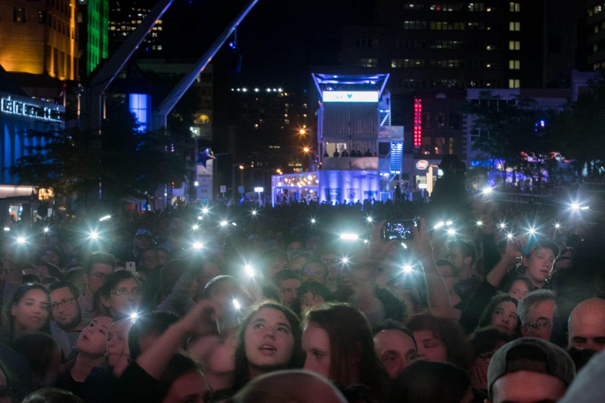 Malgré le temps incertain, le public était au rendez-vous vendredi soir sur le site des FrancoFolies de Montréal. Le populaire festival se poursuit jusqu'à dimanche.