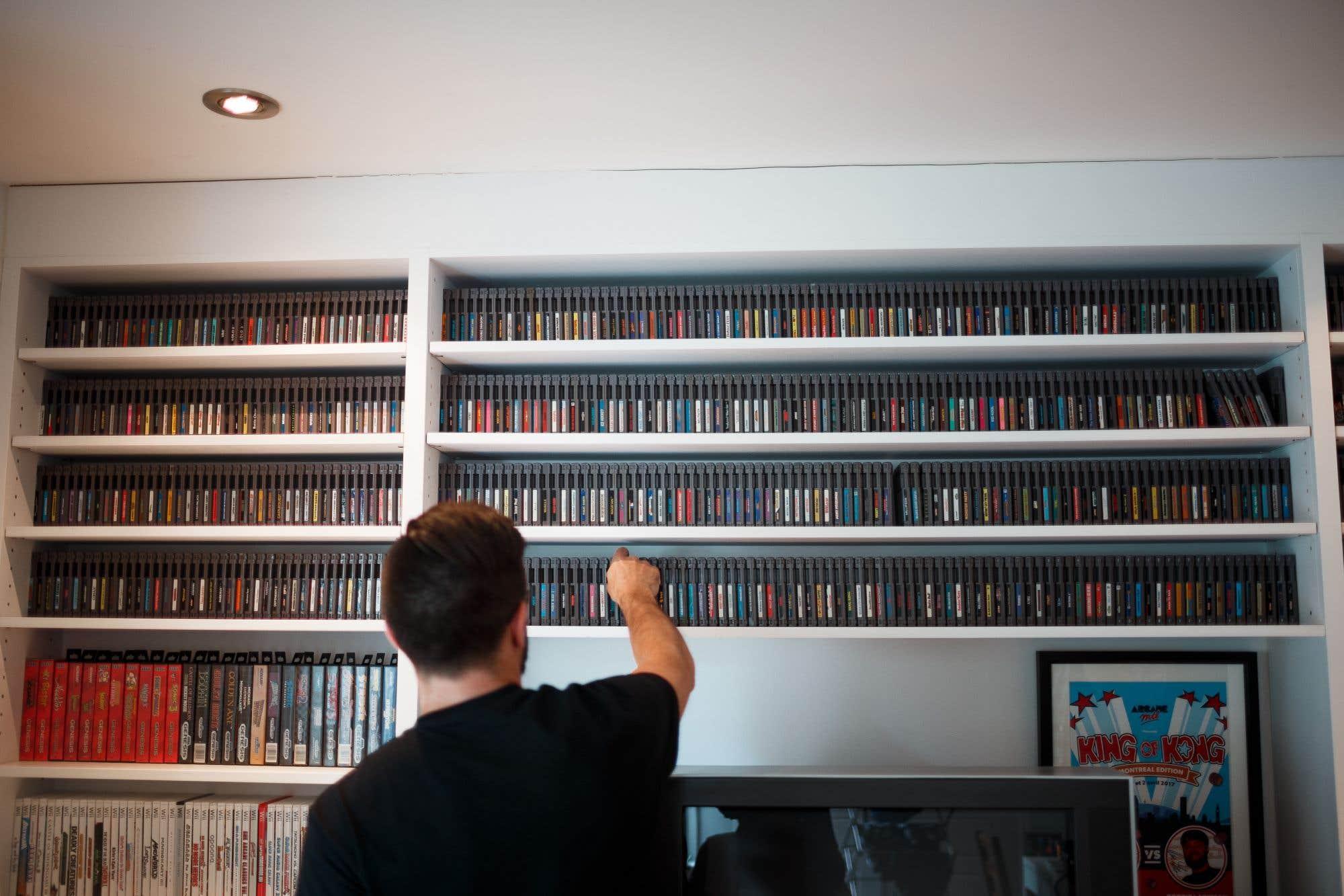 700 cassettes de NES classées par ordre alphabétique. Surnommé Papa cassette, le blogueur Dominic Bourret a réussi à réunir la collection complète des jeux de Nintendo Entertainment System disponibles en Amérique du Nord. Il ne lui manque qu'un jeu : Stadium Events, valant entre 15 000 et 20 000 $. Consultez notre texte sur le sujet