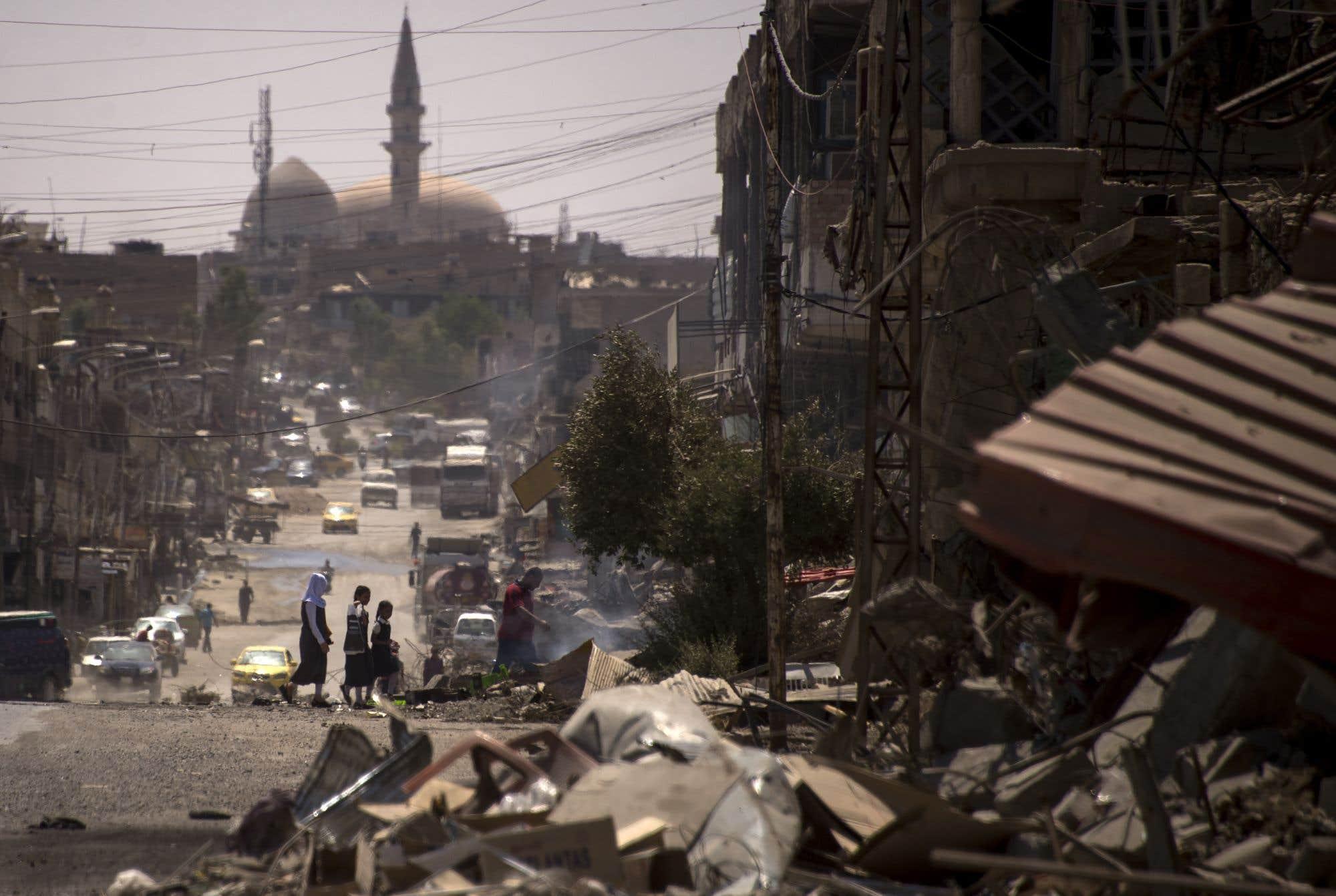 Le premier ministre irakien, Haider al-Abadi, a déclaré lundi que la ville de Mossoul, un bastion du groupe armé État islamique, a été reprise. Tout n'est pas rose, cependant : plus d'un million de civils ont fui la ville depuis le début de l'offensive. En photo, une rue de l'ouest de Mossoul marquée par les combats. Consultez notre texte sur le sujet