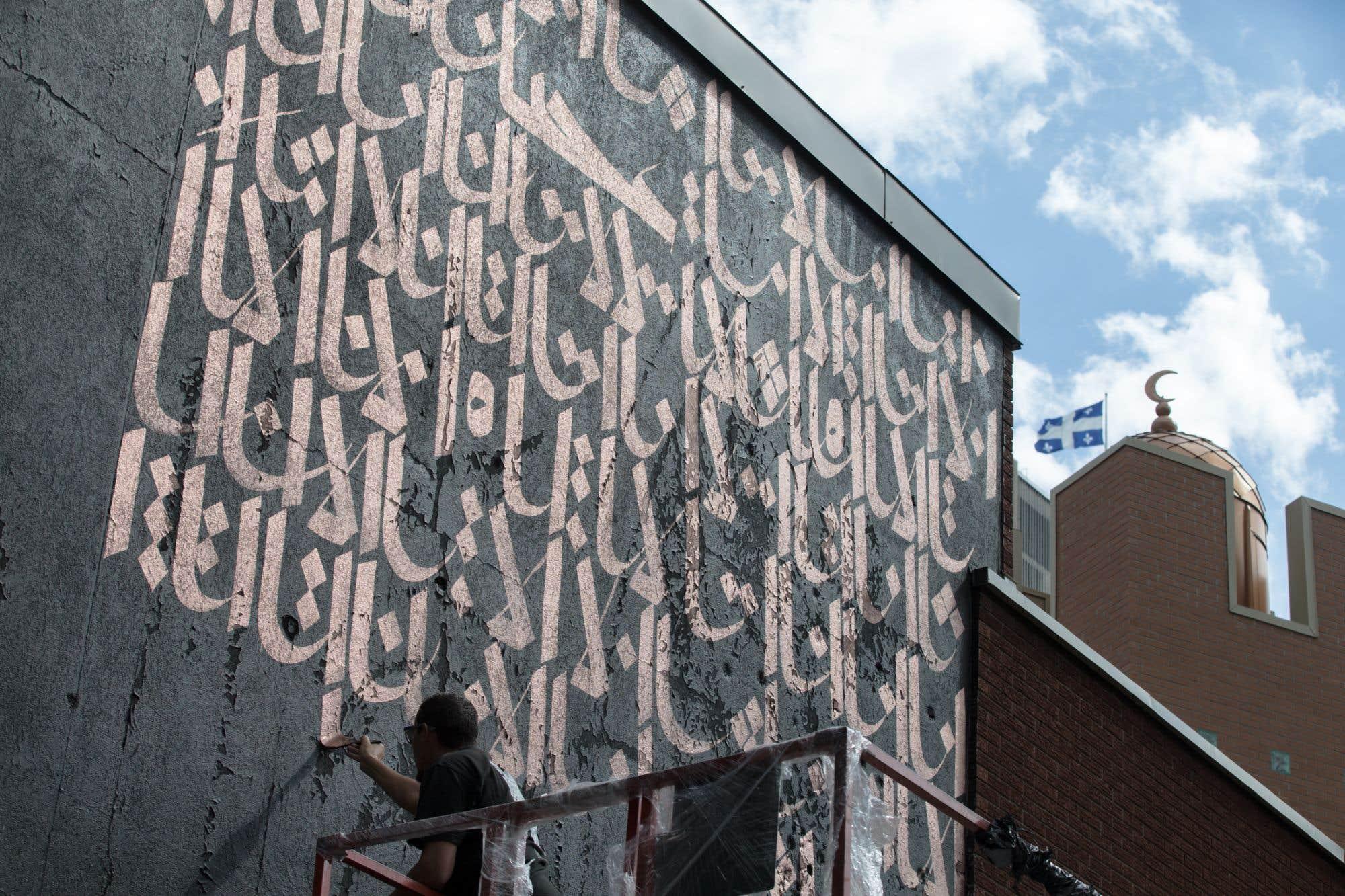 La calligraphie arabe, art ancien, mystérieux et minutieux, quasi désuet dans ce monde hyperconnecté et fragmenté, aura désormais sa marque bien visible sur les murs de notre métropole. À l'invitation de l'événement Calligraphie transfrontière, le calligraphe et artiste de rue Karim Jabbari, Tunisien au fort ancrage à Montréal, appose un message d'unité sur la façade de la mosquée Al-Omah Al-Islamiah. Consultez notre texte sur le sujet