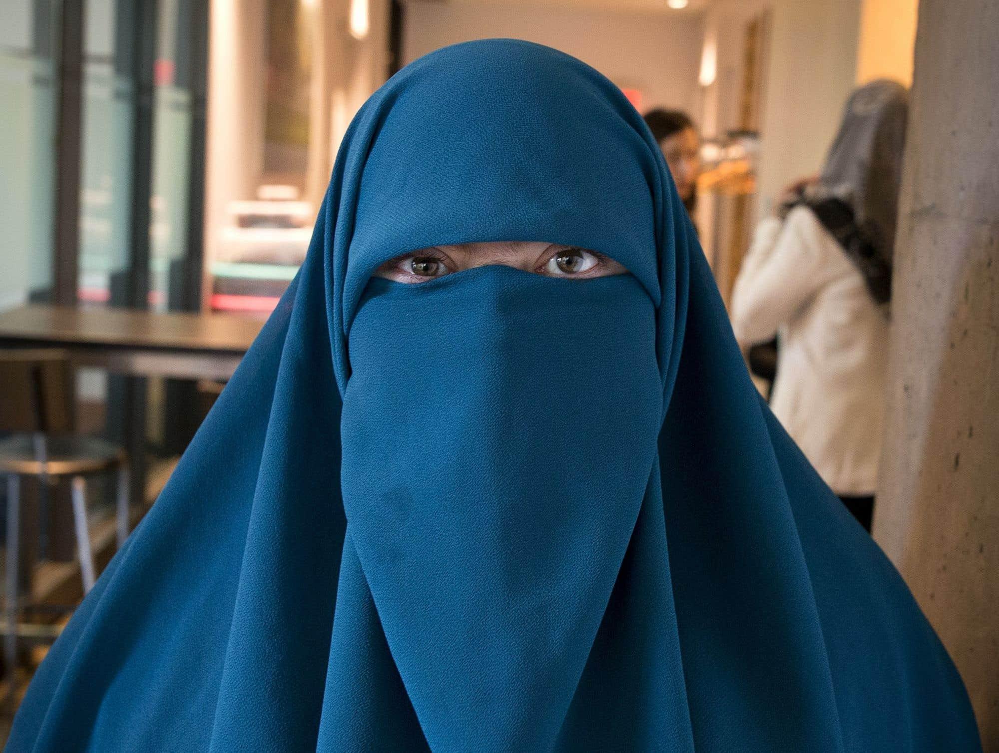 Moins de trois semaines après son adoption, la loi québécoise sur la neutralité religieuse de l'État a été contestée juridiquement mardi. Le Conseil national des musulmans, l'Association canadienne des libertés civiles et la citoyenne Marie-Michelle Lacoste ont été les premiers à déposer une contestation en Cour supérieure, considérant que la loi portait « gravement atteinte à la liberté de religion et au droit à l'égalité de certaines femmes musulmanes du Québec ». La poursuite réclame le sursis provisoire de l'article 10 de la loi jusqu'à ce que l'affaire soit entendue.