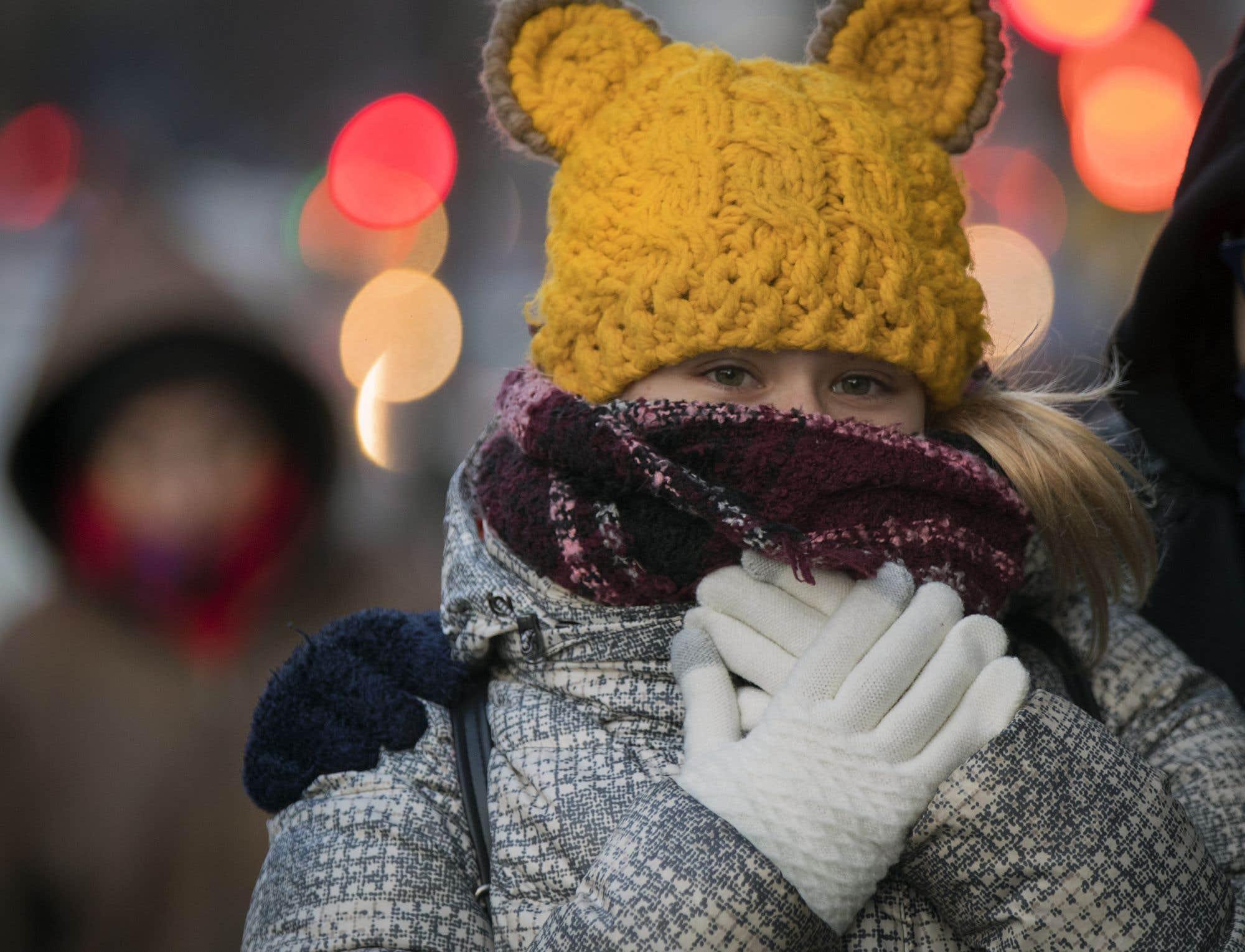 L'hiver s'est abattu sur l'ensemble du Québec plus tôt que prévu cette année. Des records de froid ont été enregistrés vendredi alors que le mercure est descendu bien en dessous du point de congélation. Il faisait -8°C à Montréal en matinée. En Abitibi, la température avoisinait plutôt -18°C, et on a enregistré -11°C en Outaouais. Mais ce n'est qu'un bref avant-goût de l'hiver, qui devrait laisser place à un retour aux températures de saison dès la semaine prochaine, soit environ 5°C, selon Environnement Canada.