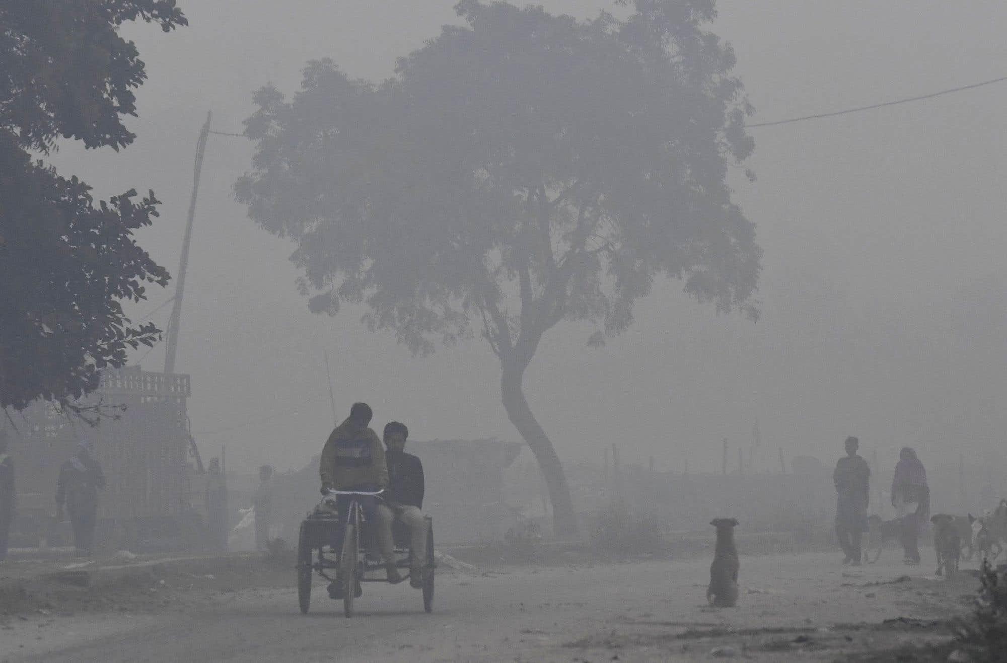 Matinée de smog dans la banlieue de New Delhi. La capitale de l'Inde a souffert d'un smog dense qui a perturbé les services aériens et ferroviaires et forcé les résidants à rester à l'intérieur ou à porter des masques lorsqu'ils s'aventurent à l'extérieur.