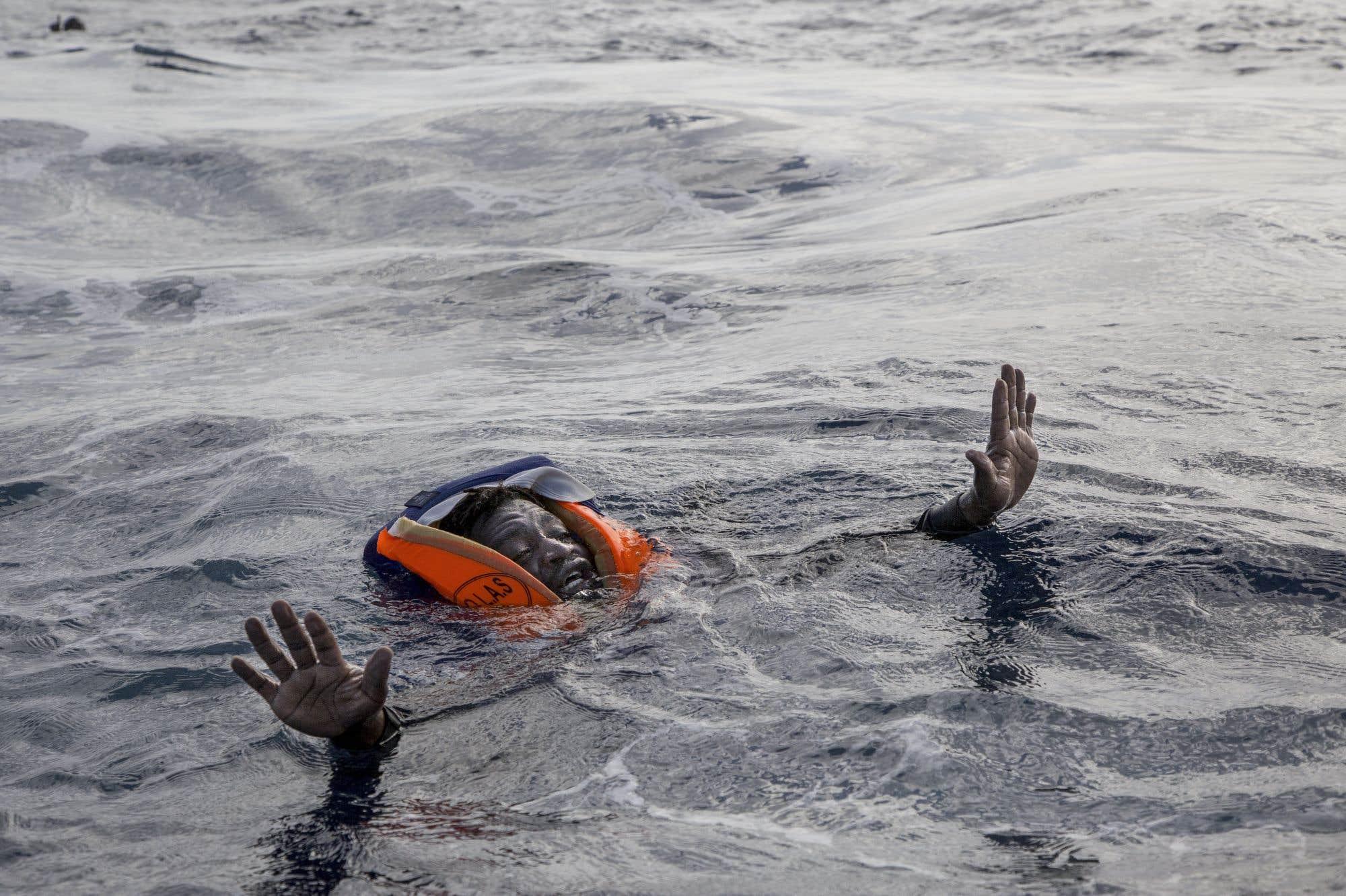 Un migrant tente de monter à bord d'un bateau de l'ONG allemande Sea-Watch en mer Méditerranée. Lors d'un nouveau naufrage, cinq personnes sont décédées, dont un jeune enfant. L'ONG a vivement montré du doigt le comportement « brutal » des garde-côtes libyens. La rudesse de leur équipage venu au secours des migrants aurait fait tomber plusieurs d'entre eux à l'eau. Depuis le début de l'année, plus de 111 000 migrants sont arrivés en Europe par la mer et plus de 2385 ont perdu la vie dans la traversée.