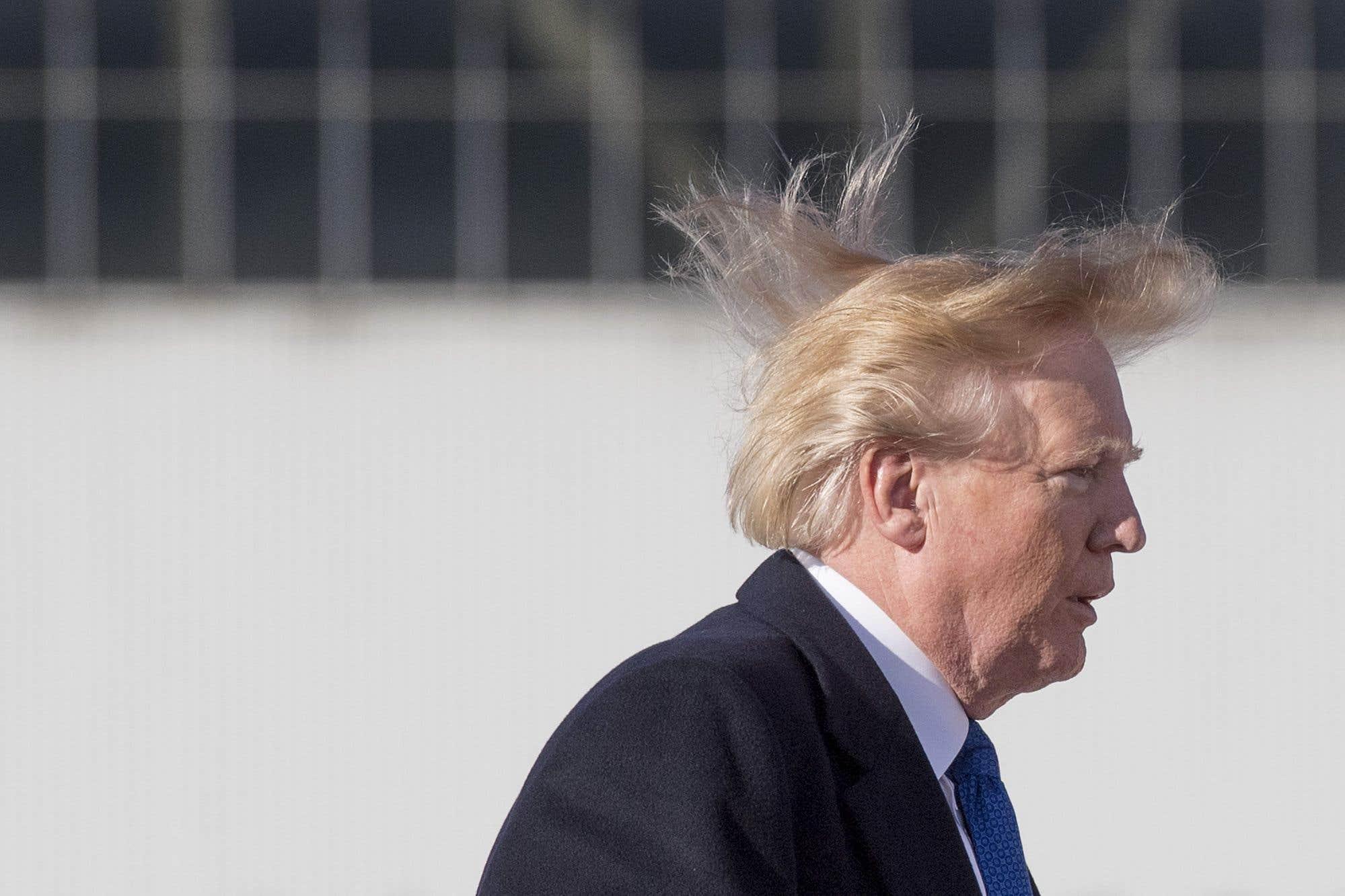 À l'aéroport de Pékin, le président Trump, les cheveux au vent, s'apprêtait à monter à bord de l'avion présidentiel, afin d'assister, au Vietnam, à la réunion des dirigeants économiques la Coopération économique pour l'Asie-Pacifique (APEC).