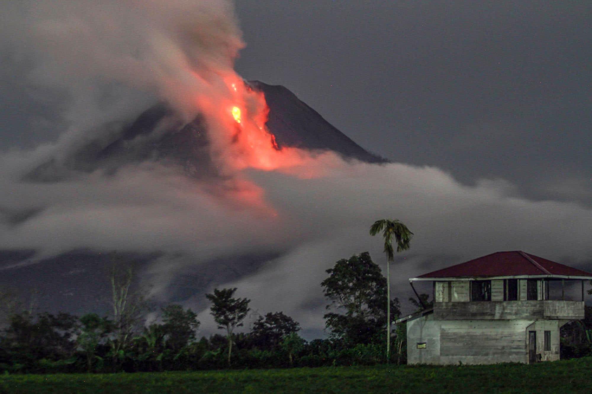 Une photo en pose longue montre l'éruption du volcan du mont Sinabung, depuis le village de Simpang Ampat, à Karo, au nord de Sumatra.