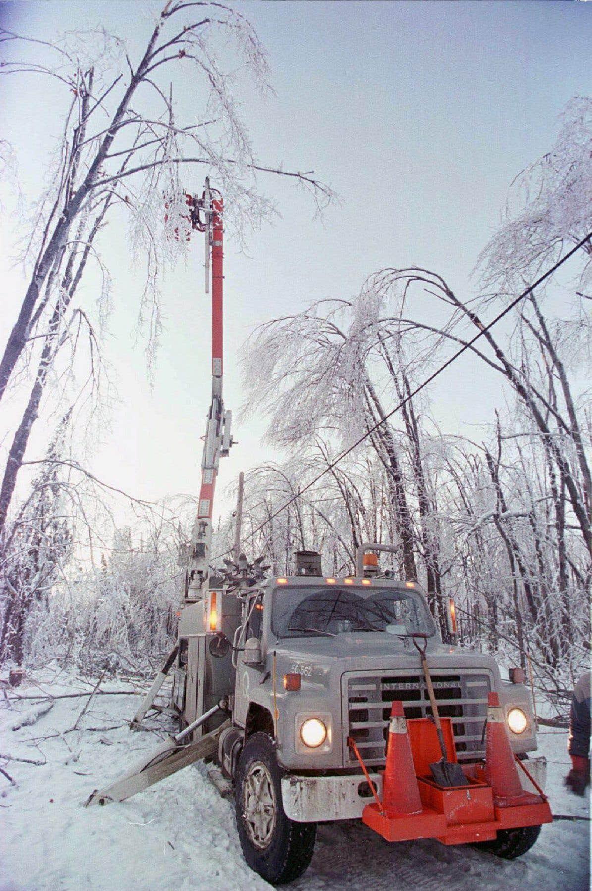 Un camion d'Hydro-Québec se fraie un chemin pour réparer des lignes électriques près du lac Aylmer, au sud de la ville de Québec.