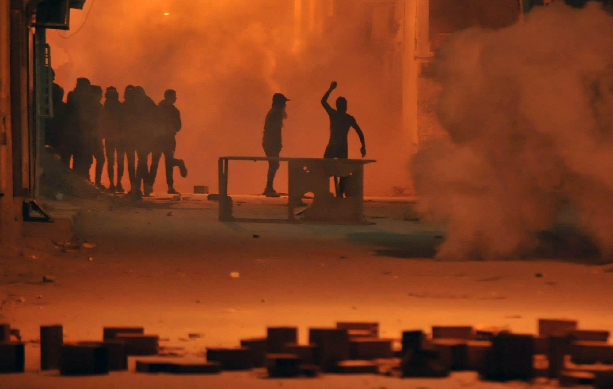 Les manifestants tunisiens ont jeté des pierres sur les forces de sécurité dans le district de Djebel Lahmer, à Tunis. Des échauffourées ont éclaté entre les manifestants et la police tunisienne un jour après la mort d'un homme lors de violentes manifestations contre l'augmentation des coûts et l'austérité du gouvernement. Des centaines de jeunes sont descendus dans les rues de Tebourba, à l'ouest de Tunis, jetant des pierres sur les forces de sécurité qui ont riposté en tirant du gaz lacrymogène.