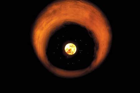 Vues de la Terre, de Mathieu Latulippe: une image ambig&uuml;e de la Terre baignant dans une lumi&egrave;re solaire. <br />