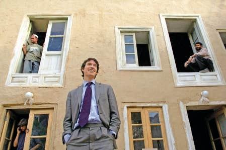 Kaboul, Afghanistan. Rory Stewart pose devant un b&acirc;timent en r&eacute;novation qui abrite les bureaux de la Fondation Turquoise Mountain, une ONG fond&eacute;e en 2006 pour laquelle il a agi &agrave; titre de directeur g&eacute;n&eacute;ral jusqu&rsquo;en 2010. L&rsquo;organisme caritatif &oelig;uvre &agrave; maintenir et renforcer la culture afghane.<br />