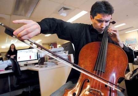 Les employ&eacute;s du Devoir ont &eacute;t&eacute; parmi les tout premiers &agrave; entendre, hier, St&eacute;phane T&eacute;treault et le Stradivarius qu&rsquo;il poss&egrave;de depuis seulement une semaine. Se pr&ecirc;tant &agrave; un concert impromptu, il a interpr&eacute;t&eacute;, sur cet instrument qui a appartenu jadis &agrave; Paganini, deux extraits de la 1re&nbsp;Suite de Bach et la M&eacute;ditation de Tha&iuml;s de Massenet.<br />