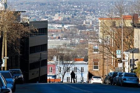 La rue Turnbull, &agrave; Qu&eacute;bec, au bas de laquelle doit &ecirc;tre am&eacute;nag&eacute; l&rsquo;&icirc;lot Irving. L&rsquo;administration Labeaume fait face actuellement &agrave; un premier r&eacute;f&eacute;rendum local, justement dans ce dossier.<br />