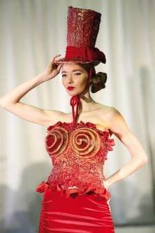 La mise en chocolat des robes d&rsquo;Anne de Shalla sera sign&eacute;e Christophe Morel.<br />