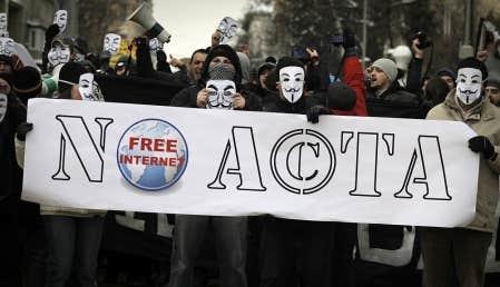 Des manifestants ont bravé le froid à Varsovie pour dénoncer le traité international contre la contrefaçon ACTA, qui risquent selon eux d'aboutir à une censure et une atteinte aux droits des utilisateurs d'Internet.