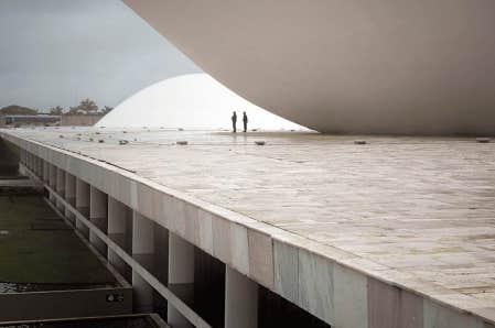Fabiano Sobreira travaille pr&eacute;sentement en partenariat avec le bureau de l&rsquo;architecte Oscar Niemeyer, &agrave; l&rsquo;origine du b&acirc;timent du Congr&egrave;s national du Br&eacute;sil (notre photo).<br />
