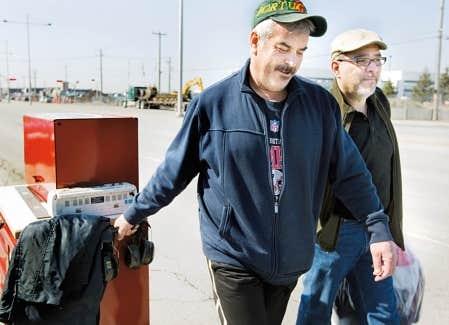 Comme leurs coll&egrave;gues d&rsquo;Aveos, Carlos Araujo et Isaac Braga sont all&eacute;s chercher leurs outils hier, au lendemain de l&rsquo;annonce de la fermeture de l&rsquo;entreprise.<br />
