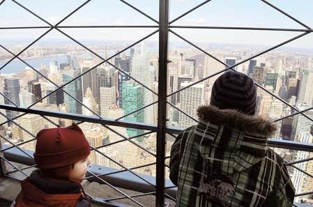 Les vues panoramiques ne manquent pas &agrave; New York. Ici, celle de Manhattan depuis l&rsquo;Empire State Building. N&rsquo;h&eacute;sitez pas &agrave; couvrir toute la petite famille si vous montez au top (au 102e), car il y a beaucoup de vent l&agrave;-haut. <br />