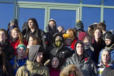 À Montréal, au siège de la SAQ, la manifestation a donné lieu à des échauffourées, alors que les employés attendent encore d'avoir accès à leur lieu de travail.