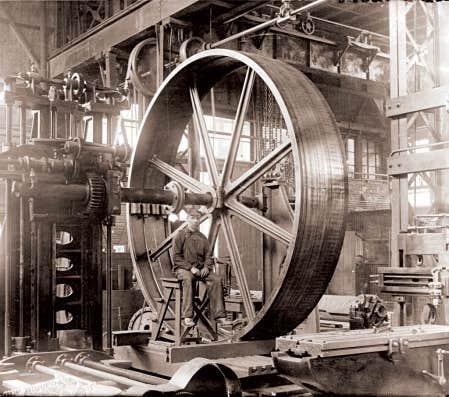 Un ouvrier dans l&rsquo;usine Hydraulic Machinery, vers 1900.<br />