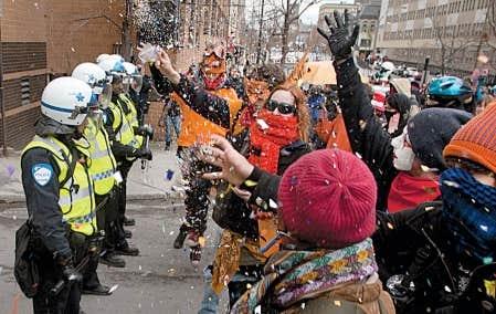 Des centaines d&rsquo;&eacute;tudiants masqu&eacute;s et d&eacute;guis&eacute;s ont paralys&eacute; le centre-ville de Montr&eacute;al hier apr&egrave;s-midi, le temps d&rsquo;une manifestation sur le th&egrave;me de la grande mascarade.<br />