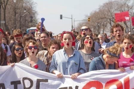 Des centaines d&rsquo;&eacute;l&egrave;ves du secondaire et de nombreux parents ont manifest&eacute; leur appui hier, &agrave; Montr&eacute;al, &agrave; la lutte contre la hausse des droits de scolarit&eacute; et pour la gratuit&eacute; scolaire.<br />